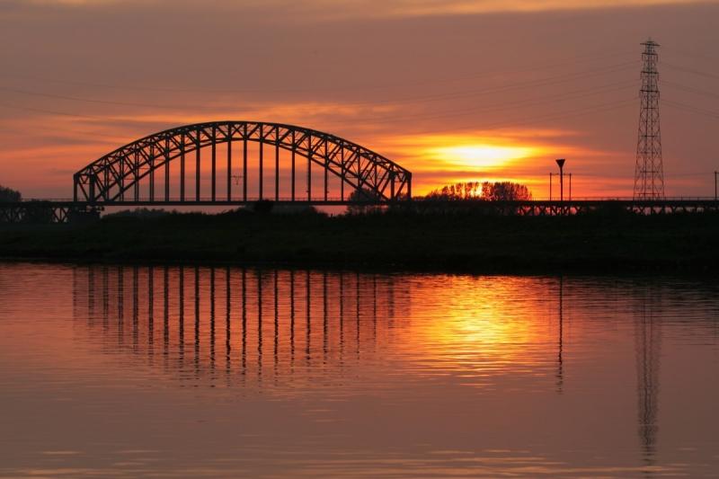 ondergaande zon spoorbrug
